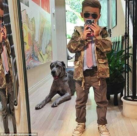 bé chụp ảnh thời trang với cún yêu