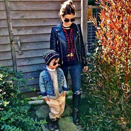 đứa bé phong cách và trang phục phù hợp với thời tiết