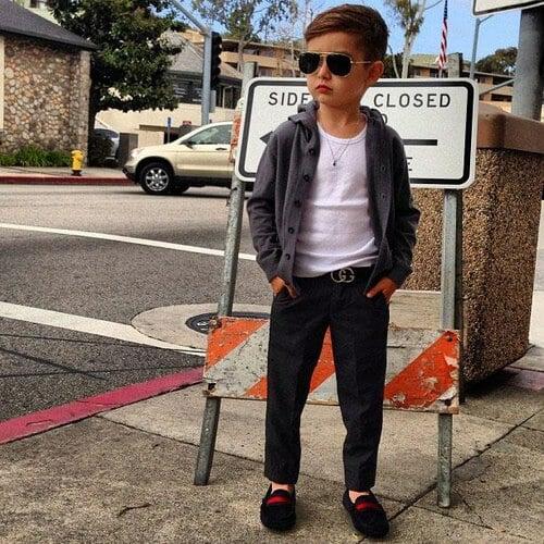 Alonso Mateo đeo mắt kính thời trang