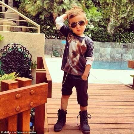 bé trai mang giầy bốt