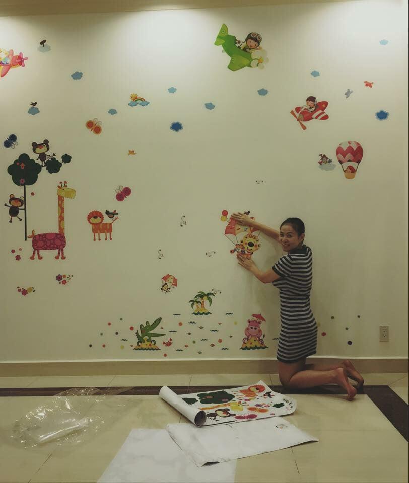 Khoảng khắc Diva Thu Minh dán tường phòng ngủ cho con