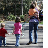 vòng tay dắt bé . Sản phẩm này giúp các bé không chạy đi xa,  tăng sự an toàn cho các con  của bạn khi đi ra công viên, siêu thị, chỗ đông người...  Size:  dài 73cm