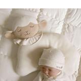 Gối cho trẻ sơ sinh đáng yêu, mềm mại và thoải mái, có hố giúp đầu các em bé được cố định trên gối, bỏ thói quen ngủ lệch 1 bên làm  đầu biến dạng.   Size:  28 * 29cm, thương hiệu Mamas & Papas