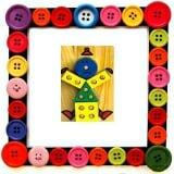 Hề Học Hình. Đồ chơi giúp bé phát triển khả năng tư duy và sáng tạo. Bộ lắp ghép chú hề học hình Edugames gồm 1 đế có cắm cọc và 20 chi tiết hình tròn (mặt), chữ nhật (tay), tam giác (thân), vuông (chân) xếp thành hình anh hề. Khi lựa chọn và lắp rắp các hình khối để thành một chú hề hoàn chỉnh, các bé có cơ hội rèn luyện được khả năng tư duy và nhận thức qua màu sắc, hình dạng cũng như phát huy được trí sáng tạo phong phú. Bộ lắp ghép chú hề học hình Edugames được thiết kế với nhiều màu sắc sinh động, bắt mắt, kích thích tốt sự phát triển thị giác của bé ngay từ những giai đoạn đầu tiếp xúc với môi trường xung quanh sẽ giúp bé phát triển thị giác vô cùng hiệu quả. Với chất liệu gỗ cao cấp, nhẵn, không gây hại đến da bé không độc và sơn chuyên dùng sản xuất đồ chơi trẻ em (không phai màu, không dính màu, không hại đến da bé) cùng bề mặt nhẵn mịn, không góc cạnh, sản phẩm đảm bảo mang đến sự an toàn tuyệt đối cho bé khi sử dụng.  Size: 24 x 15 x 6 cm.