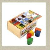 Hôp thả hình theo tranh Chất liệu : Gỗ tự nhiên phủ sơn an toàn tuyệt đối. Loại đồ chơi : Đồ chơi giáo dục trẻ em Mục đích : bé học hình khối, phát triển tư duy.  Size: 19.5 x 14.5 x 7 cm. Trọng lượng : 500 gram. Tuổi bé thích hợp : 3 tuổi, 4 tuổi, 5 tuổi, 6 tuổi. Xuất xứ : Việt Nam. Chi tiết sản phẩm Hộp thả hình theo tranh cho bé học phân biệt màu sắc và hình khối khác nhau, có các bức tranh tương ứng với các hình khối giúp bé nhận biết và chọn 1 hình thả vào 1 cách nhanh chóng...còn nhiều tính năng khác bạn hãy khám phá cùng bé nhé. ĐẶC ĐIỂM NỔI BẬT Hộp thả hình theo tranh được làm bằng chất liệu gỗ an toàn, đa màu sắc, giúp bé làm quen với các khối hình học. Sản phẩm gồm các khối hình với 5 hình dạng khác nhau và 1 hộp thả để chứa những hình khối. Bộ đồ chơi giúp bé nhận biết 5 hình dạng khác nhau của các khối thả.