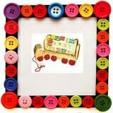 Ô tô chở chữ và số giúp bé học số và tập xem giờ, giúp bé tập đếm và phân biệt màu sắc. Những khối gỗ xoay tròn trên xe bé có thể làm quen với các chữ cái, học tiếng anh với những hình minh hoạ nghộ nghĩnh.  Size: 33 x12 x 20 cm