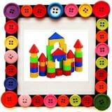 Bộ xếp hình lâu đài Với 50 mảnh gỗ nhiều màu sắc, nhiều hình dạng khác nhau, bé có thể xếp được rất nhiều hình như: Lâu đài, Kim tự tháp, chợ Bến Thành, chùa Một Cột, Nhà thờ… Ba mẹ hãy cùng chơi để kích thích sự sáng tạo, trí tưởng tượng phong phú của bé nhé!  Qua trò chơi này bé sẽ:  · Phát triển trí thông minh, phát triển khả năng sáng tạo  · Rèn luyện sự khéo léo của đôi tay và óc quan sát khi sắp xếp các thanh gỗ theo sự tưởng tượng của bé.  Size: Đóng túi 25 x 25 cm.