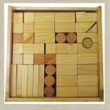 Bộ xếp hình XD 100 chi tiết mộc  Bằng gỗ phủ bóng. Chất liệu Gỗ tự nhiên. Sản xuất tại Việt Nam theo tiêu chuẩn của Bộ Giáo dục và Đào tạo. Độ tuổi: 18 tháng tuổi, 2 tuổi, 3 tuổi, 4 tuổi, 5 tuổi.  Size: 27 x 27 x 7 cm.