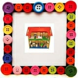 Nhà búp bê 2 tầng nhỏ. Gồm nhà nhỏ 2 tầng và các thiết bị trong nhà. Giúp trẻ sáng tạo trong cách bày biện, thiết kế không gian sống theo trí tưởng tượng của Bé. Bộ sản phẩm này giúp bé có tình yêu thương gia đình, luôn hướng về ngôi nhà nhỏ thân thương của mình. Làm bằng chất liệu gỗ, sơn an toàn cho trẻ.  Size: 60 x 30 x 60 cm