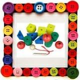 Bộ xâu dây tạo hình. Gồm các khối chữ nhật, hình tròn, tam giác, hình vuông. Mỗi loạii có 3 khối. Có lỗ Φ….Kèm theo dây. Bằng gỗ hoặc nhựa nhiều màu.  Size: các khối 3,5 cm
