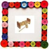 Bộ búa cọc - Đồ chơi gỗ bộ búa đập cọc là một trò chơi vận động, kết hợp giữa tay và mắt, thích hợp với các bé trai, là những người chủ gia đình trong tương lai. - Đồ chơi gỗ là đồ chơi trẻ em được làm bằng gỗ tự nhiên đã được xử lý theo công nghệ cao, chất liệu sơn an toàn cho sức khỏe của bé, đạt chất lượng quy chuẩn quốc gia Việt Nam và tiêu chuẩn xuất khẩu. - Đồ chơi giải trí bằng gỗ giúp bé: - Luyện cho đôi tay khỏe mạnh, dẻo dai. Luyện tính khéo léo, nhanh nhẹn, chính xác khi bé dùng búa đập cho từng cọc gỗ rơi xuống. - Phân biệt được các màu sắc khác nhau.  Size: 22 x 10 x 10 cm