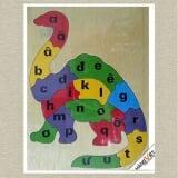 Tranh ghép khủng long học chữ Tranh Ghép Khủng Long Học Chữ màu sắc tươi sáng, kích thích thị giác và sự hứng thú cho trẻ.  Trên mặt các miếng ghép có in chữ cái tiếng việt, để bé vừa tư duy ghép đúng hình, chọn đúng miếng ghép, lại học chữ cái.  Size: 26 x 38 cm