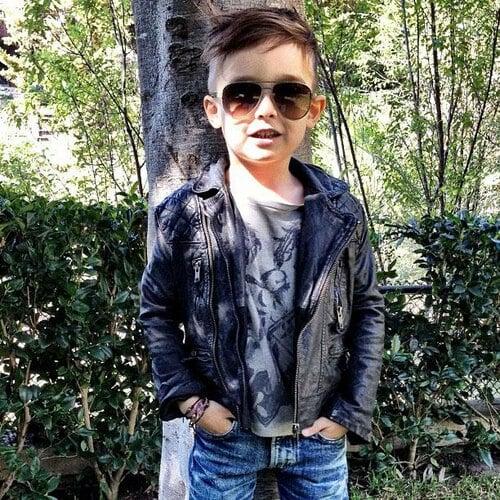 小男孩站在树上
