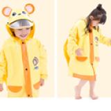Áo mưa hoạt hình phong cách Hàn Quốc cho bé đi học, sau lưng áo được thiết kế rộng hơn có thể trùm luôn cả balo đeo sau lưng mà không sợ ướt. Chất liệu PVC tốt  Size: M(cho bé 4-5t cao 100-115cm) L(cho bé 5-6t cao 112-125cm) XL(cho bé 6-7t cao 122-135cm) XXL(cho bé trên 7t 132-165cm)