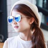 Kính tráng gương phong cách thời trang Âu Mỹ, tinh tế,nhẹ, rất thoải mái khi đeo -  Vật liệu dẻo, bền và thân thiện với môi trường   -  Thương hiệu Lemonkid Hàn Quốc, có giấy chống hàng giả -San pham co chung nhan CE,Chong tia cuc tim: UV 400, nặng 0,149kg Phu kien kem theo: hộp bọc da thêu hình và khăn lau  Size: free size cho bé từ 2-10 tuổi