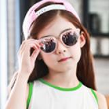 Kính Loli dễ thương với tròng kính nhựa tráng, nhẹ, rất thoải mái khi đeo - Vật liệu dẻo, bền và thân thiện với môi trường  - Thương hiệu Lemonkid Hàn Quốc, có giấy chống hàng giả -San pham co chung nhan CE,Chong tia cuc tim: UV 400, nặng 0,145kg Phu kiện kèm theo: hộp bọc da thêu hình và khăn lau  Size: free size cho bé từ 2-10 tuổi