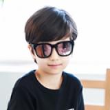 Kính mát Retro - Vật liệu dẻo, bền và thân thiện với môi trường  - Thương hiệu Lemonkid Hàn Quốc, có giấy chống hàng giả -San pham co chung nhan CE,Chong tia cuc tim: UV 400, nặng 0,147kg Phu kiện kèm theo: hộp bọc da thêu hình và khăn lau  Size: free size cho bé từ 2-13 tuổi