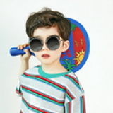 Kính mát  thời trang gọng tròn - Vật liệu dẻo, bền và thân thiện với môi trường  - Thương hiệu Lemonkid Hàn Quốc, có giấy chống hàng giả -San pham co chung nhan CE,Chong tia cuc tim: UV 400, nặng 0,147kg Phu kiện kèm theo: hộp bọc da thêu hình và khăn lau  Size: free size cho bé từ 2-10 tuổi