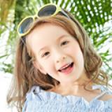 Kính mát nhựa thời trang. - Vật liệu dẻo, bền và thân thiện với môi trường  - Thương hiệu Lemonkid Hàn Quốc, có giấy chống hàng giả -San pham co chung nhan CE,Chong tia cuc tim: UV 400, nặng 0,21kg Phu kiện kèm theo: hộp bọc da thêu hình và khăn lau  Size: free size cho bé từ 2-10 tuổi
