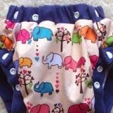 Tã (bỉm) vải hiện đại, được thiết kế dạng quần có viền lưng và đùi, rất tiện lợi khi mặc cho bé. Tã có nhiều nút bấm để cuộn tròn cất vào túi hoặc thay đổi độ rộng phù hợp với sự lớn lên từng ngày của bé. Thích hợp mặc vào ban ngày cho bé vui chơi.  Size:  M (5 - 16kg), L(12-24 kg)