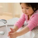 vòi nhựa làm nước chảy ra gần tay của bé, giúp bé rửa tay dễ dàng hơn, hình dáng màu sắc dễ thương  Size: 8 * 11cm