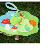 Chào mừng bạn đến khám phá cuốn sách thế giới trong rừng ★ Lứa tuổi: 0+ ★ Gồm 6 loại hoạt động giúp bé phát triển các giác quan: - Chơi trốn tìm với bác cú - Chơi ú òa - Chơi soi gương - Nấm biết nói - Lá cho bé tập cắn - Tập nhìn và nhận diện màu sắc, chi tiết Bạn có thể treo món đồ chơi này trên xe đẩy em bé để bé của bạn có thể chơi trong lúc được đẩy đi dạo! Hàng xuất khẩu châu Âu. Sách vải rất dễ giặt sạch, mẹ nên thường xuyên vệ sinh để bé được chơi khỏe mạnh nhé!  Size: 16 * 18cm, thương hiệu Sozzy
