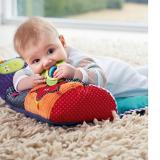 Thảm nằm chơi cho bé Tạo không gian chơi riêng cho bé với Thảm nằm chơi giúp phát triển kĩ năng nhận thức âm thanh, quan sát, vận động chân tay. Sản phẩm có thiết kế nhiều màu sắc khác nhau, hình các con vật ngộ nghĩnh có để thu hút sự chú ý của các bé, cho bé hòa mình vào thế giới với đủ các con vật từ nhỏ tới lớn. Sản phẩm thích hợp làm quà tặng cho bé nhân dịp đầy tháng. Thảm kèm gối giúp bé tăng khả năng vận động(trườn, bò...). Các chi tiết nhiều màu sắc giúp bé tăng khả năng quan sát, học hỏi. Các vòng nhựa làm từ chất liệu nhựa an toàn giúp bé giảm bớt khó chịu trong giai đoạn mọc răng. Thảm gọn nhẹ, dễ gấp gọn, tiện lợi cho đi du lịch.  Size: 44cm X 78cm X 13cm(dài, rộng,cao), thương hiệu Mamamiya & Papas