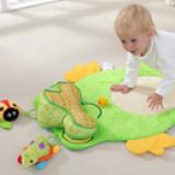 Thảm chơi, thảm nằm chơi cho bé 0-36 tháng -Thật tuyệt vời khi bé yêu thoải mái bò, nằm... trong chiếc thảm chơi cho bé với đủ sắc màu, hình ảnh sống động.  -Nằm sấp là khoảng thời gian vô cùng quan trọng cho kỹ năng vận động của bé. Nằm sấp khi vui chơi giúp bé nhanh biết bò, biết đi sớm hơn, do khả năng cân bằng được rèn luyện. Hãy đặt bé yêu của bạn nằm sấp trên một tấm thảm hoặc thảm đồ chơi mỗi ngày ngay khi bé biết nâng đầu.  -Thảm được trang trí bằng nhiều hình động vật đầy màu sắc sống động, không chỉ thế đồ chơi lục lạc khi chơi phát ra âm thanh rất vui tai giúp bé phát triển thị giác cũng như thính giác. Ngoài ra, còn tập cho bé khả năng cầm nắm đồ vật hay tập cho bé khả năng vận động giúp tứ chi linh hoạt hơn  -Thảm được làm bằng vải mềm, an toàn cho bé.  -Mẹ dễ dàng xếp gọn lại, cất trong tủ hay mang theo khi đi du lịch mà không chiếm mất nhiều không gian.  Size: 73cm * 65cm (± 1cm), thương hiệu Mamamiya, hàng xuất Châu Âu, Mỹ