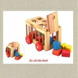 Xe cũi thả hình gồm: 1 xe cũi xinh xắn và nhiều hình khối giúp bé chơi và học toán bằng thiết kế đơn giả giúp bé chơi rất dàng. Nóc xe có 5 lỗ hình vuông, tam giác, tròn, chữ nhật và bán nguyệt. . Chi tiết sản phẩm rất đơn giản giúp bé nhận biết và phân biệt các hình khối đơn giản như hình vuông, hình chữ nhật,… Phát triển tư duy logic và trí tưởng tượng phong phú. Xe cũi được thiết kế bằng chất liệu gỗ cao cấp, tuyệt đối an toàn cho bé. Lớp sơn bên ngoài là loại sơn chuyền dùng để sản xuất đồ chơi trẻ em , không phai, không dính màu. Bố mẹ có thể cùng bé chơi trò chơi này, hướng dẫn bé đâu là hình vuông, hình tròn,... Món quà ý nghĩa cho tuổi thần tiên của bé. Kích thước 150x200x150mm. Nan cũi Ø10mm, có dây kéo. Dành cho bé từ 1- 3 tuổi