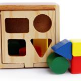 Hộp thả hình khối lớn Hộp thả hình khối là một trong những đồ chơi thông minh được nhiều bậc phụ huynh lựa chọn. Hộp gỗ hình vuông, trên nóc có khoét các hình khối vuông, tròn, tam giác,.. khác nhau để bé thả các khối hình tương ứng vào. Nhiệm vụ của bé là phải tìm đúng hình mới có thể cho vừa lọt vào hộp gỗ, nếu không thì các khối đó sẽ không thể lọt vào trong hộp được. Đồng thời 3 mặt còn lại của hộp là nhưng miếng gỗ rời nhau mà khi xếp đúng sẽ tạo thành các hình thú cực kỳ ngộ nghĩnh. Bé phải tìm và ghép các miếng gỗ đó theo đúng thứ tự để thành hình con vật ngộ nghĩnh đó. Sau khi cho hết các hình khối vào bên trong hộp thì bé có thể mở các nắp của hộp để lấy các khối đó ra một cách dễ dàng.  Size: 14 x 14 x 12 cm.