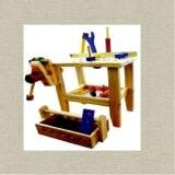 Bộ lắp ráp KT, bàn gá(loại to) Vật liệu bằng gỗ. Gồm bàn kỹ thuật gắn êtô, búa, tuốc nơ vít, clê, êcu, bulon nhiều màu.  Size: Hộp 34 x 26 x 39 cm