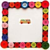 Bộ xếp hình XD trên xe 35 chi tiết . Bằng gỗ phủ bóng, hộp có bánh xe và sơn màu, gồm 35 chi tiết. Phù hợp cho trẻ từ 3 đến 6 tuổi.  Size: 30 x 28 x 3,5 cm.