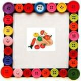 Bộ rau củ quả bằng gỗ  Bằng gỗ sơn màu chi tiết gồm: 1 thớt , 1 con dao, 1 quả su su, 1 quả cà chua, 1 cây nấm, 1 quả cam, 1 củ cà rốt. Kích thước hộp gỗ: 22 x 15 x 5 cm