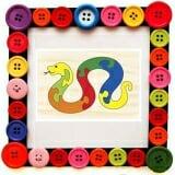 Tranh ghép hình con rắn - Bộ tranh ghép gỗ hình con rắn, bao gồm 7 mảnh ghép đặc biệt có in chữ cái in hoa trên bề mặt để lắp ráp thành công hình chú rắn đáng yêu. - Sản phẩm có khuôn mẫu hình rắn giúp bé lắp ráp dễ dàng hơn. - Các mảnh ghép này có nhiều màu sắc nổi bật như: đỏ, xanh, vàng sẽ kích thích thị giác, giúp bé phân biệt màu sắc sớm hơn.  Size: 16 x 24 cm