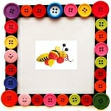 Con ong kéo dây. Sản phẩm con ong kéo dây Edugames GA509 mô phỏng hình ảnh chú ong ngộ nghĩnh giúp bé nhận diện loài vật và bồi đắp cho bé tình yêu thương động vật, các bé có thể mang ra ngoài vừa kéo vừa chơi cạnh ba mẹ. Sản phẩm kết hợp nhiều màu sắc đa dạng, chất liệu gỗ cao cấp, nhẵn, phủ lớp sơn an toàn không gây hại đến da bé. CÁCH CHƠI: Với thiết kế rất đơn giản, bạn chỉ cho bé nắm 1 đầu dây và kéo đi hoặc bạn cũng có thể nối thêm dây dài hơn một tí để dễ kéo hơn. Nếu đặt bé ngồi trên chiếc xe đẩy, bạn có thể cột con ong kéo dây này ở phía sau để tăng thêm niềm vui cho bé khi đi dạo với bố mẹ.  Size: 21 x 7 x 9,5 cm