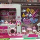 Nhà có con gái thì bạn nào cũng thích đồ chơi nấu ăn, bé muốn được trải nghiệm nấu cơm, làm người phụ nữ đảm đang như mẹ.