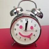 Đồng hồ báo thức. Mỗi bạn nhỏ nên có 1 bạn này báo thức chắc hẳn sẽ tự giác hơn và đi học đúng giờ mỗi sáng ?? Sản phẩm có kiểu dáng nhỏ gọn, xinh xắn và đáng yêu với màu sắc trang nhã rất thích hợp để trang trí thêm cho bàn làm việc, bàn học của bạn được sinh động hơn - Chức năng xem giờ và báo thức - Đồng hồ chạy bằng pin tiện dụng - Có thể đặt ở bàn làm việc, trong phòng ngủ hay bất kỳ nơi nào bạn thấy tiện lợi và phù hợp - Bảo quản nơi khô ráo, thoáng mát, tránh ánh nắng trực tiếp, tránh va đập mạnh - Chất liệu: nhựa
