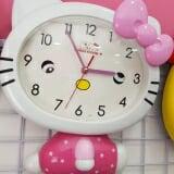 Đồng hồ treo tường. Mỗi bạn nhỏ nên có 1 bạn này báo thức chắc hẳn sẽ tự giác hơn và đi học đúng giờ mỗi sáng ??  Sản phẩm có kiểu dáng nhỏ gọn, xinh xắn và đáng yêu với màu sắc trang nhã rất thích hợp để trang trí thêm cho bàn làm việc, bàn học của bạn được sinh động hơn  - Chức năng xem giờ và báo thức  - Đồng hồ chạy bằng pin tiện dụng - Có thể đặt ở bàn làm việc, trong phòng ngủ hay bất kỳ nơi nào bạn thấy tiện lợi và phù hợp - Bảo quản nơi khô ráo, thoáng mát, tránh ánh nắng trực tiếp, tránh va đập mạnh  - Chất liệu: nhựa